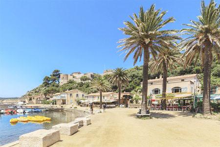 Un aperçu des terrasses au vieux port de la ville d'Hyères