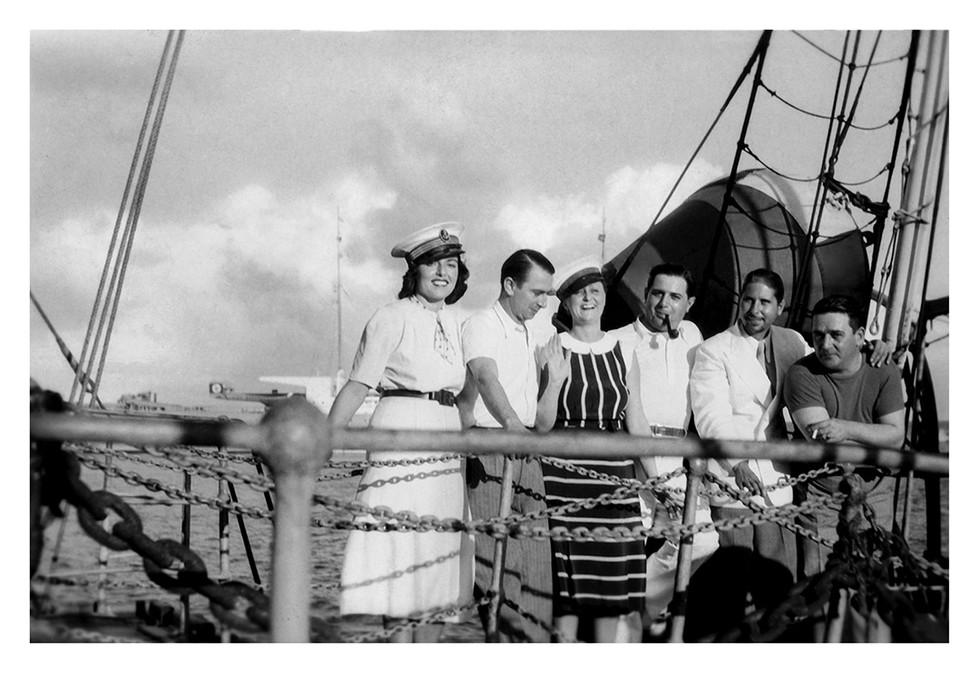 A Toulon,  sur le pont d'un navir avec des amis marins