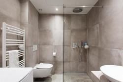 Une salle de bain contemporaine