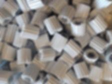 Festbettfermenter bietet den Vorteil der Biogaproduktion auf Knopfdruck. Die Füllkörpe erlauben eine besonders hohe Raumlast, da die Bakterien auf dem Füllmaterial fixiert sind. Somit werden die Bakterien nicht ausgeschwemmt und verbleiben im System. Somit können die Reaktoren deutlich kleiner ausgelegt werden, aber verlieren nicht an Durchsatzvolumen.