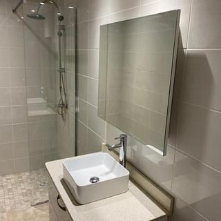 douche et meublevasque beige  miroir-gua