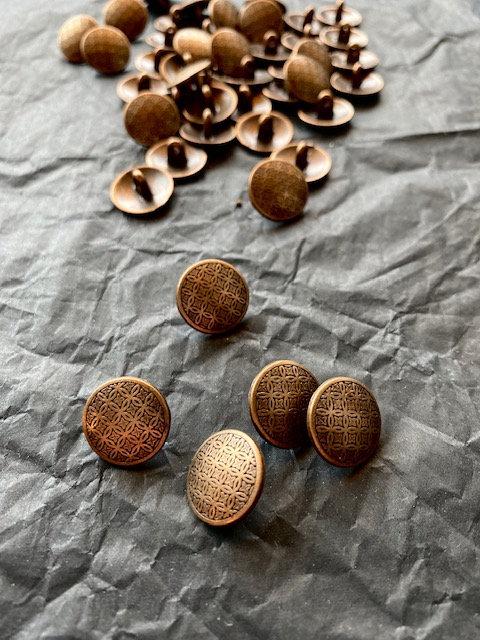 Metallknöpfe mit Steg, altmessing, Ornamentmuster