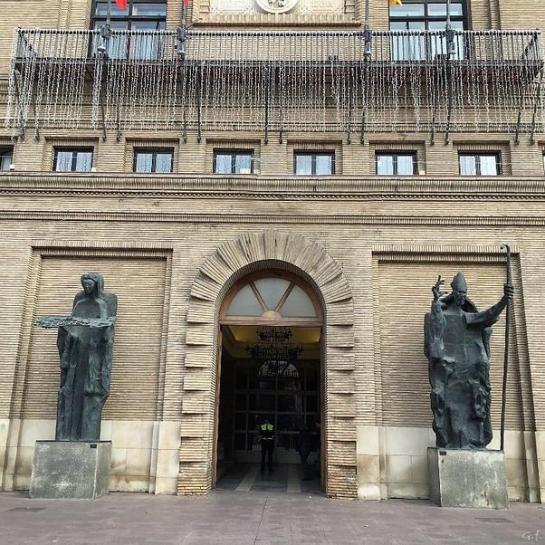 Esculturas de Pablo Serrano custodiando el ayuntamiento de Zaragoza.