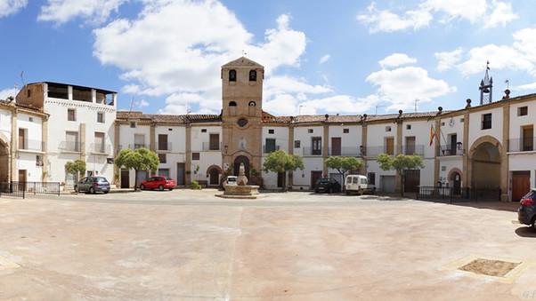La plaza ochavada de Chodes.