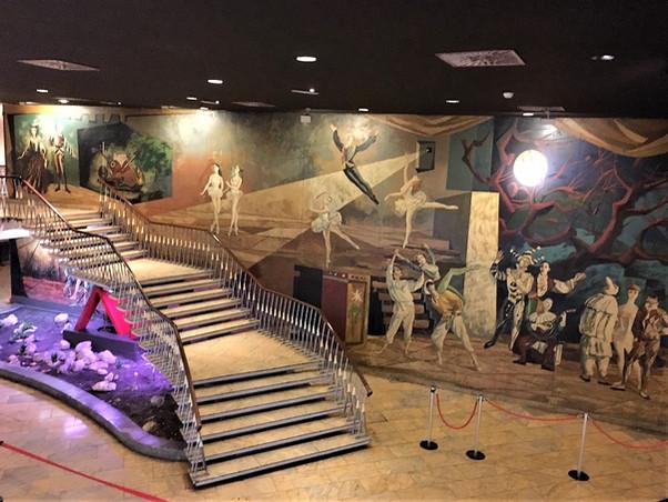 Pintura mural del Cine Palafox. Alegoría de la danza, del teatro y de la Música, obra de Andrés Corn