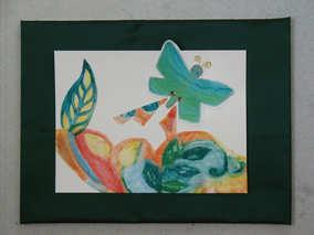 """""""L'envol du papillon"""" Collage au papier de soie, gouache et pastel gras, sequins - Encadrement tissu satiné vert sombre et sous-verre, 30 x 40 cm"""