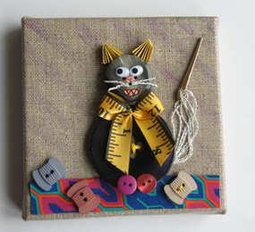 """""""Ma patronne, une chat-crée couturière!""""  Tableau en toile de lin sur châssis, 10 x 10 cm"""