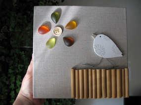 """""""Soif de lumière"""" Toile de lin tendue sur bois 20 x 20 cm, perles en bois (rideau recyclé !), bouton cousu sur le lin, cabochons."""