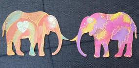 Animal (au choix) en bois peint recto-verso, tranche dorée, avec ou sans paillettes. Peut se fixer sur un manche en bois vendu à part et s 'utiliser comme marionnette.
