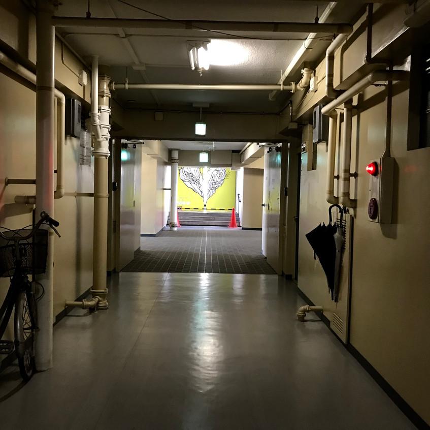 長い通路の先に明るい扉が完成