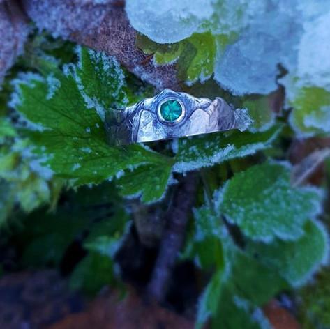 Verlobungsring aus Weißgold, Silber und einem Smaragd
