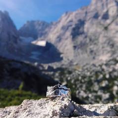 Danielas Ring mit den Bergen ihrer Heimat