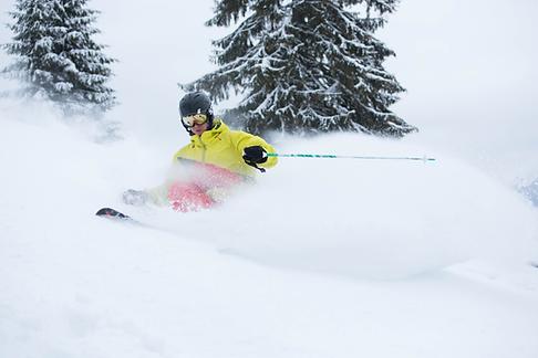 Junger Skifahrer