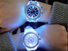 Relógio Unisex Analógico com Iluminação LED e Pulseira de Silicone /Números Arábicos $52