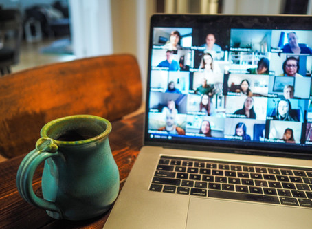 Marketéri trávia počas koronakrízy polovicu pracovného času na videohovoroch.