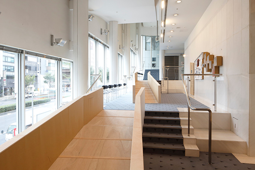 階段と共存する「すいませんスロープ」/写真:木奥恵三