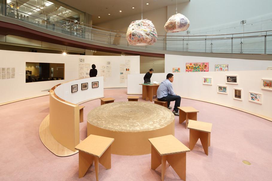渦巻き状のダンボール壁で部屋のような展示空間/写真:木奥恵三