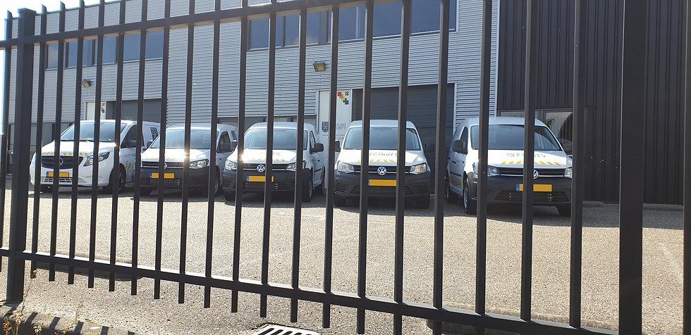Auto's achter hekwerk zonder kenteken.jp