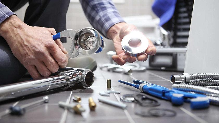 1525106101405-bigstock-hands-plumber-at-