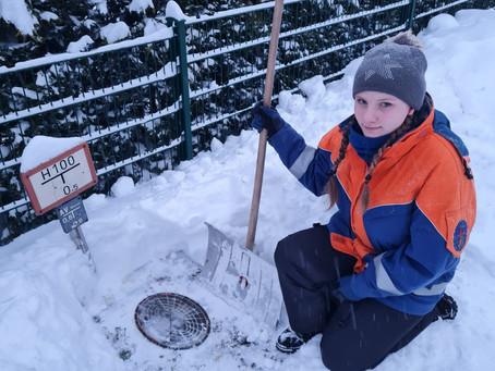 Hydranten von Schnee befreien