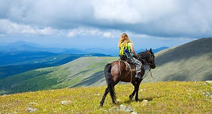 Woman-horseback-riding-in-the-mountains-