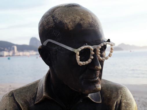Teethed glasses, 2015. Resin  Óculos dentados, 2015. Resina  Intervention - Carlos Drummond Andrade statue, Copacabana beach, RJ.  Intervenção - estátua de Carlos Drummond de Andrade, praia de Copacabana.