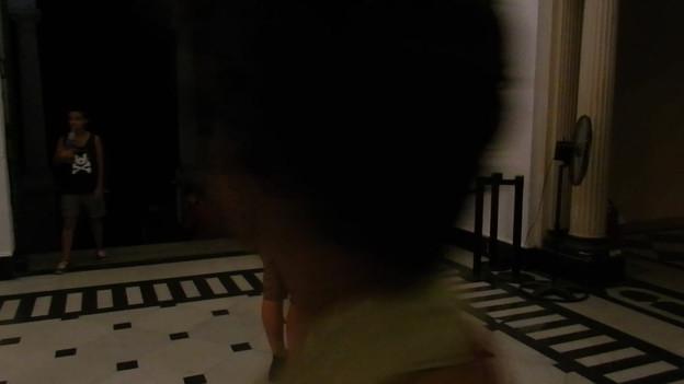 Parque Lage, Rio de Janeiro, 2016. Performers: Natalia Silvestre Mauricio Krumholz Antonio Tebyriçá  Performers vestem roupas de café com látex.  Destroem e reconstroem uma instalação com objetos do entulho e partes do corpo feitas com cimento.   Performers wear latex and coffee clothes.  They destroy and rebuild an installation with rubble objects and cement body parts.