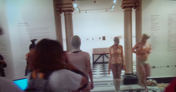 Performers vestem roupas feitas com látex natural (Undressing Collection).   Performers wear natural latex clothes (Undressing Collection).  Parque Lage, Rio de Janeiro, 2015.  Performers: Mauricio Krumholz Natália Miranda Silvestre Malu Laat