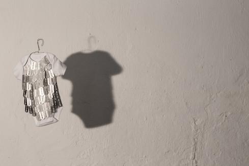 Crianças Engolem Botões #3 2016  Lâminas de barbear e algodão. 44cmx19,5cmx2cm Children Swallow Buttons #3 2016  Razor blade and cotton.  44cmx19,5cmx2cm  Photo: Marcelo Hallit
