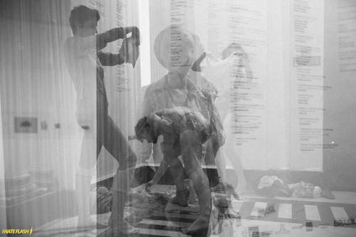 Performers vestem roupas feitas com látex natural (Undressing Collection).  Performers wear natural latex clothes (Undressing Collection). Parque Lage, Rio de Janeiro, 2015.  Performers: Mauricio Krumholz Natália Miranda Silvestre Malu Laat  Photo: Vitor Naine