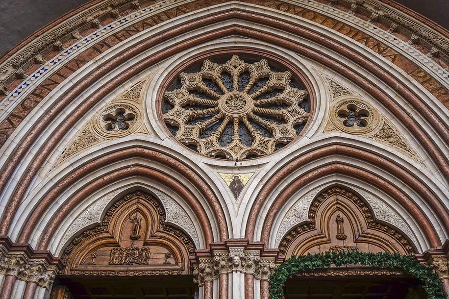particolare-architettonico-del-portale-d