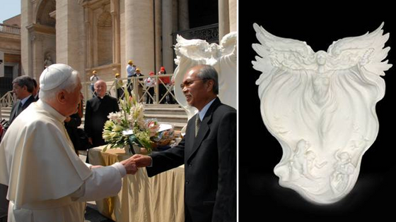 Master Sculptor Gaylord Ho meets Pope Benedict XVI