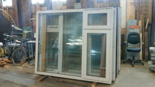 Kunstof kozijn met dubbel glas en klap en draai raam