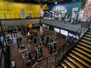 Современные системы вентиляции и кондиционирования для фитнес-центра Gold's Gym.