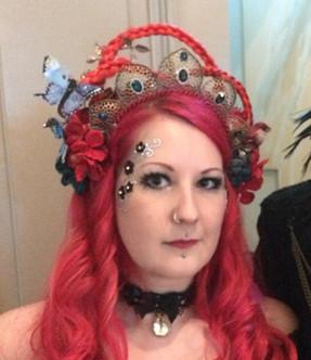 Et nyt headpiece. Det kunstige hår i fletningerne matchede min egent hårfarve på dét tidspunkt. Jeg har solgt headpiecet, og nu er det vist i Sverige så vidt jeg ved.