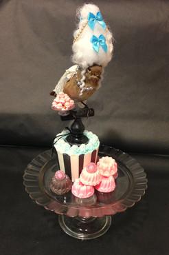 """""""Marie Antoinette"""" som en fugl. Jeg har lavet kagerne og parykken helt fra bunden."""