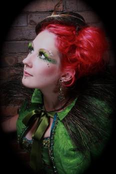 Absinth Fe. Elsker kontrasten mellem det grønne outfitt og det røde hår.
