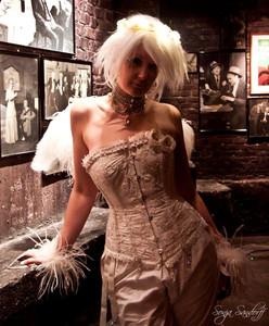 Igen en outfitt til Copenhagen Burlesque (jeg elsker disse fester). Hvidt silkekorset med perlebroderi og vinger lavet af strudsefjer.