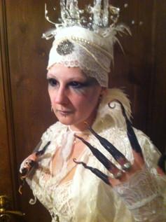 """Halloween projekt, """"Snedronningen"""" Fra H.C. Andersens eventyr. Jeg kan afsløre at det ikke var nemt at gå på toilettet med de negle ;)"""