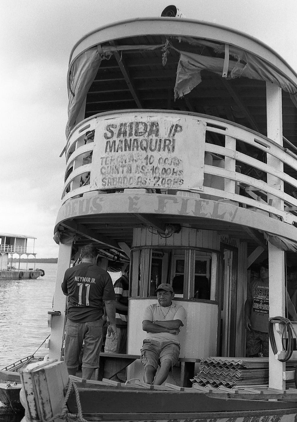 The wait. Porto de Manaus, Brasil