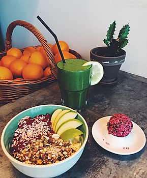 Green_Juice,_Skyr,_homemade_Müsli,_Raw_B