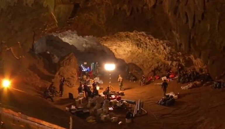 Concentração de equipamento de salvamento e mergulho, na câmara de entrada da gruta de Tham Luang (imagem de youtube NTB)
