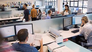 Personer, der arbejder i Open Office