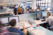 オープンオフィスで働く人々