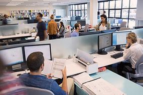 Soluciones de Hosting, personas que trabajan, oficina abierta