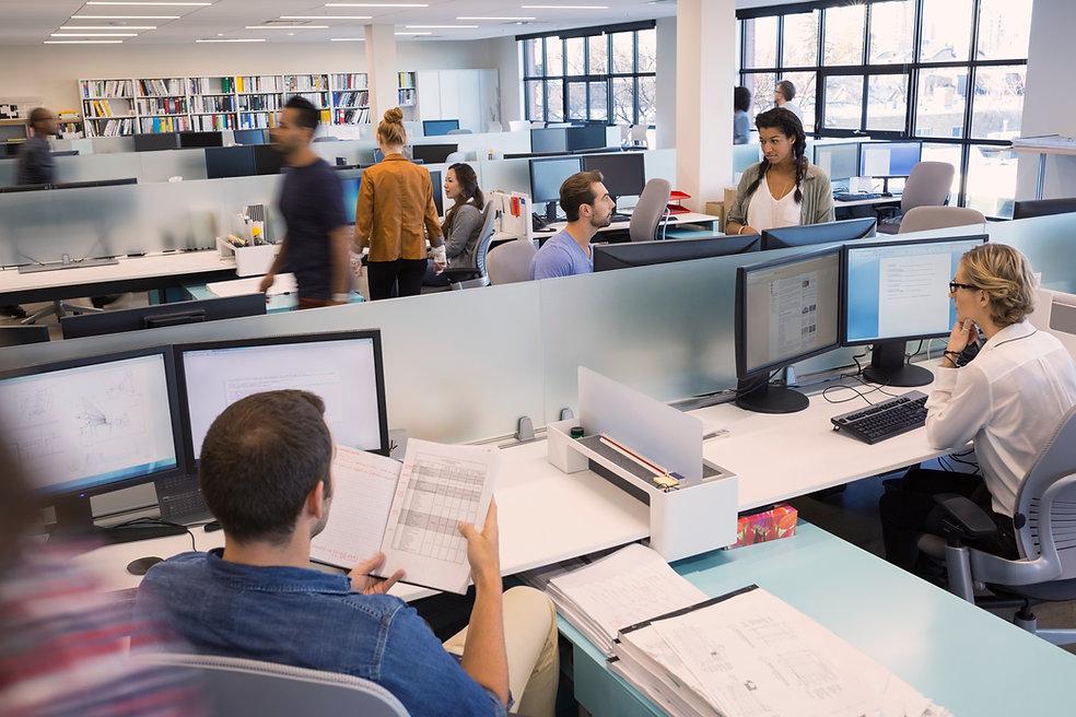 Las personas que trabajan en oficina abierta