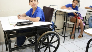ALMT aprova lei que obriga escolas a ter carteiras adaptadas para pessoas com deficiência