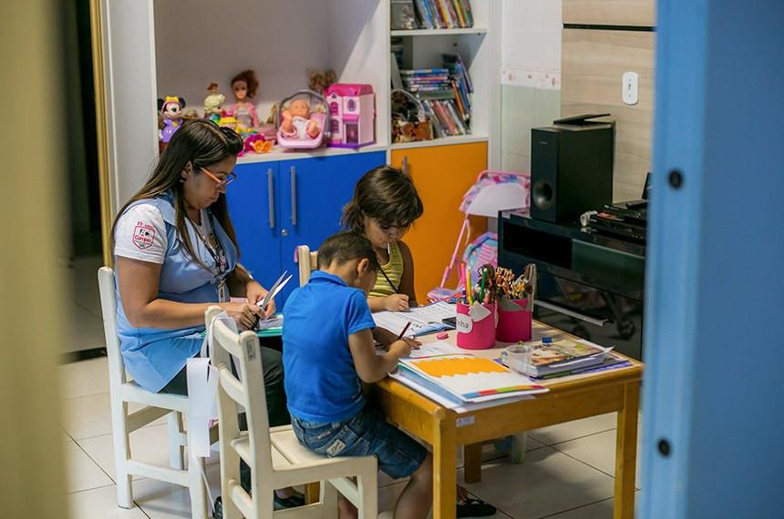 Crianças hospitalizadas fazem tarefas escolares em hospital de Mato Grosso: possibilidade, que se tornou lei em 2018, não inclui as provas, que ainda precisam ser feitas na escola  Crédito à Rafaella Zanol da Gcom MT