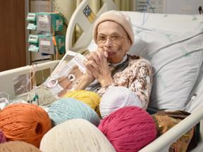 Paciente faz roupas de crochê durante internação e doa para os recém-nascidos do Hospital
