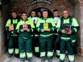 Garis turcos recuperam livros do lixo e montam uma biblioteca popular